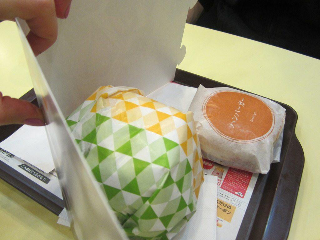 Et accompagné d'une feuille de carton afin d'entourer le burger et le rendre très classe...ou pas.