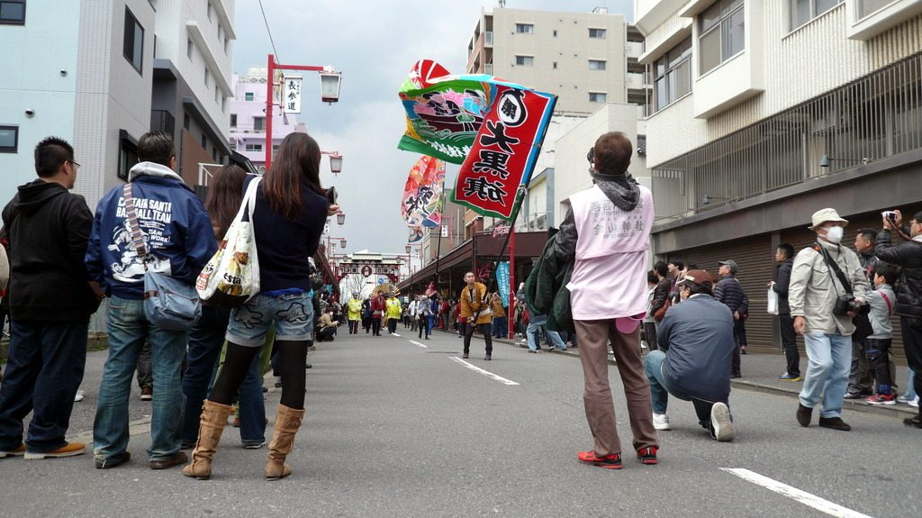 Le début du cortège, se dirigeant vers le temple Kawasaki Daishi Heikenji