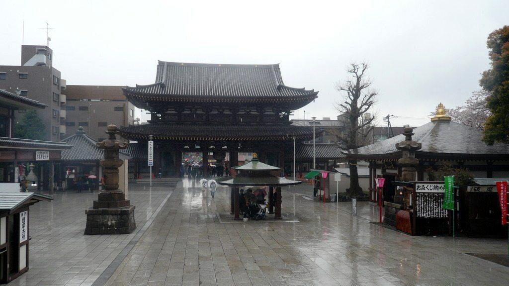 Vue du temple, sous la pluie