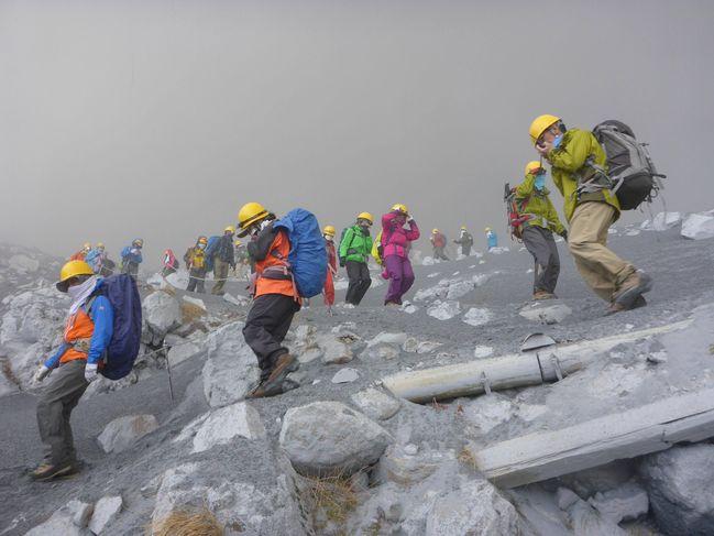 4495664_6_764c_climbers-descend-mt-ontake-which-straddles_bf8fd1fa3615b4c15e883fc85f9e125b