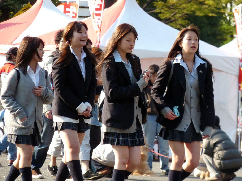 Pourquoi et comment certaines lycéennes japonaises portent-elles leur jupe  si court ? | DozoDomo | DozoDomo
