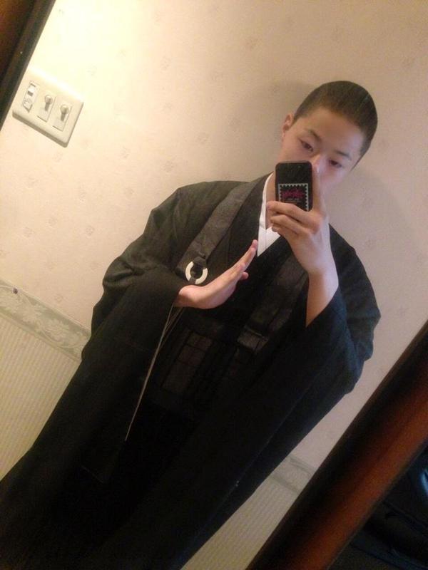 Selfie d'un moine très fashion, je vous conseille un petit tour sur son twitter@Suzuki Daiten, le moine aux cheveux bleus