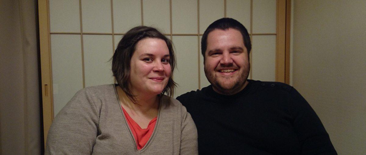 Aurélie et David, devant leur porte en papier qu'ils ne ferment car ils ont peur de passer au travers