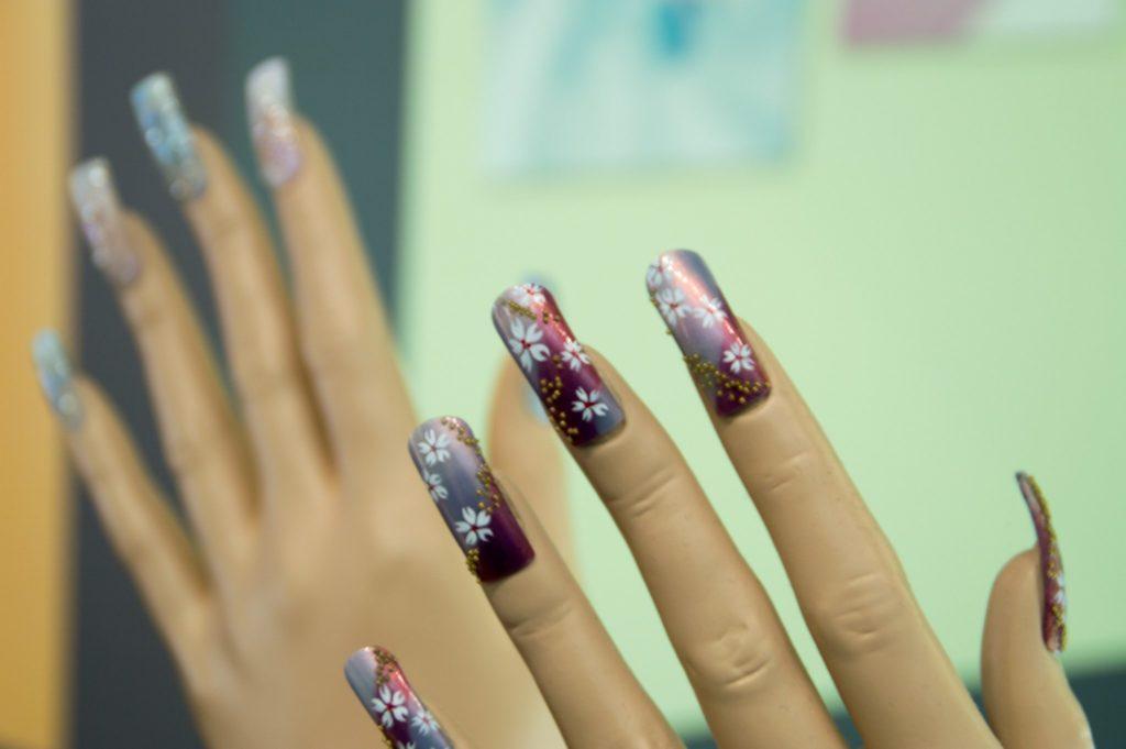 Modèle de mains d'entrainement pour le nail art. source: Flickr