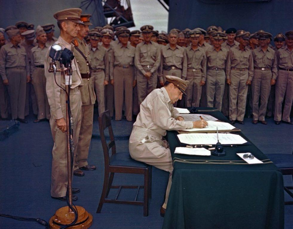 Gen.-Douglas-MacArthur-signs-the-Japanese-surrender-documents-1024x802