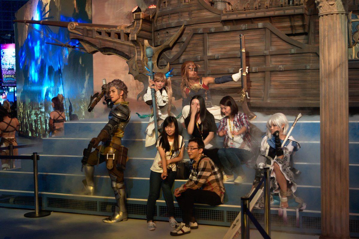 Les personnages du jeu prenaient la pose devant leur décor, incarnant chacun leur caractère