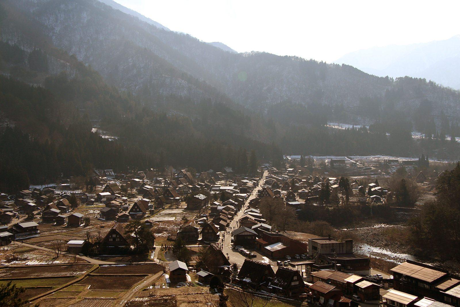 Balade shirakawa go le village japonais class au - Maison de vallee au japon par hiroshi sambuichi ...