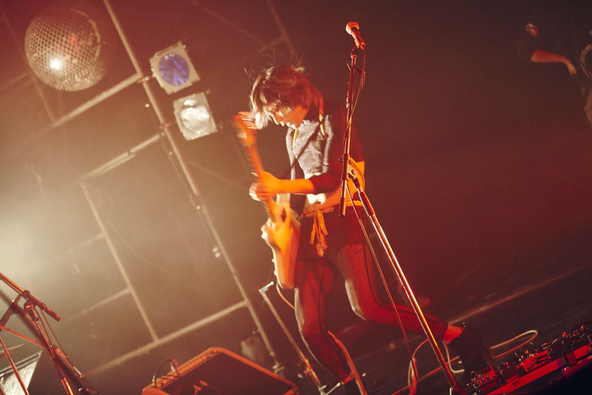 Seul homme du groupe, Hibari à la guitare - Photographe : Nakano Shuuya (中野修也)
