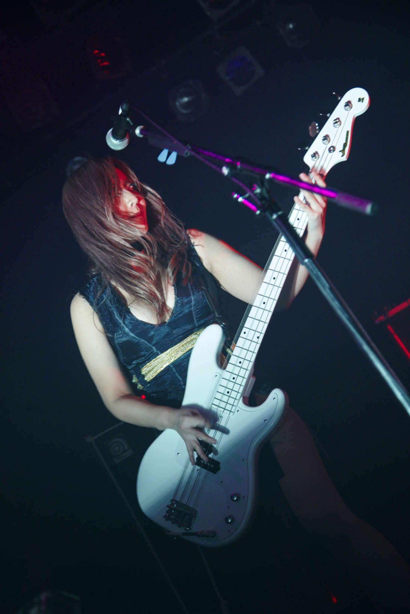 La bassiste, - Photographe : Nakano Shuuya (中野修也)