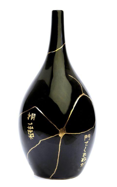 Soliflore en porcelaine noire avec haiku de Bashō Matsuo (1644-1694): Cette solitude, Viendrais-tu la partager? Feuille de paulownia