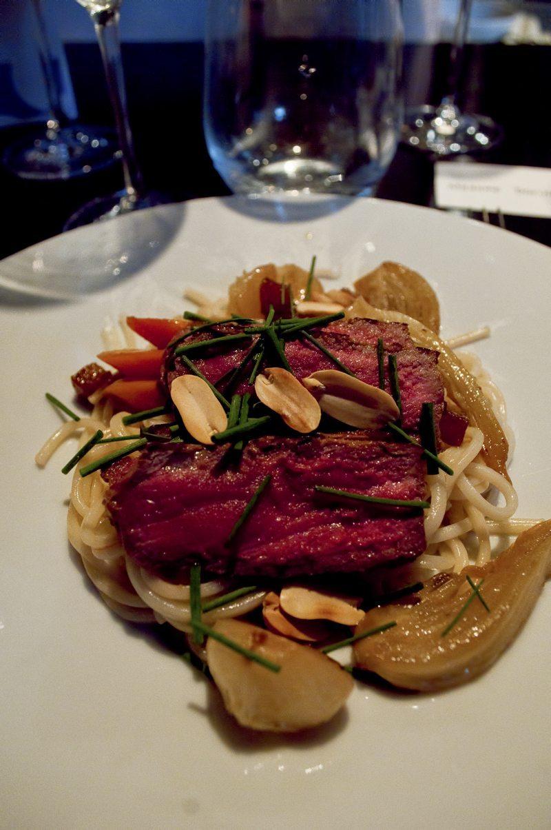 Udon de Nagasaki aux légumes, entrecôte d'Hugo Desnoyer rôti et cacahuètes. Les cacahuètes ont y pense jamais assez dans nos plats...