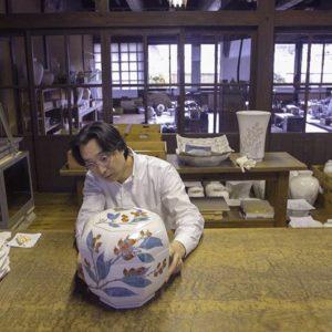 Sakaida Kakiemon XV, examinant son travail.