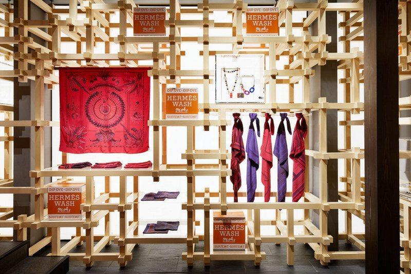 89a4daae885f ... d autres boutiques de la marque, le Hermèsmatic, une sorte de laverie  où les clients qui ont déjà une écharpe ou un carré Hermès peuvent venir  donner ...
